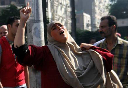 Una donna egiziana durante gli scontri (Infophoto)