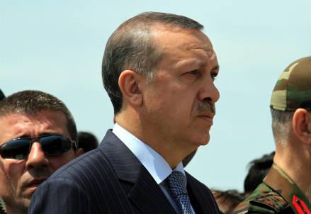 Erdogan durante la cerimonia funebre per i soldati uccisi dal PKK (InfoPhoto)