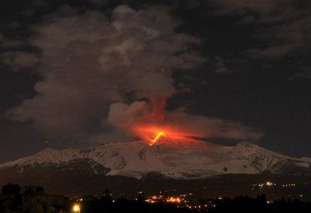 L'Etna in eruzione, foto Infophoto