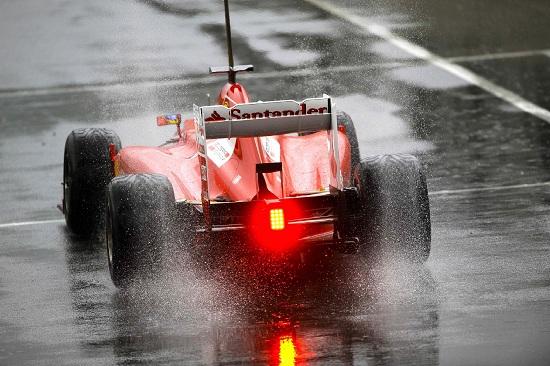 La Ferrari sotto la pioggia (Infophoto)