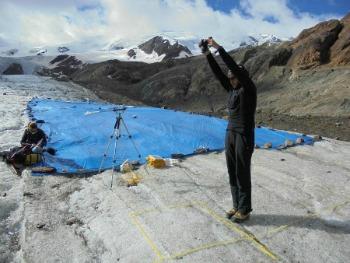 uno dei posizionato del telo sul ghiacciaio
