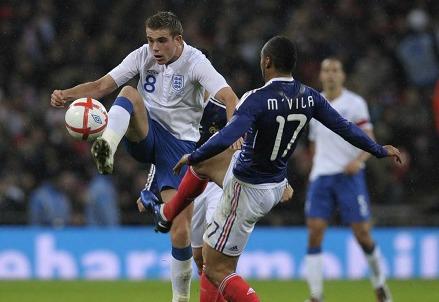 Jordan Henderson contro Jann M'Vila nell'ultima amichevole tra Francia ed Inghilterra (INFOPHOTO)