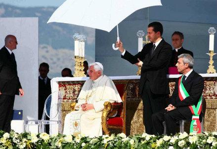 Paolo Gabriele, in piedi con l'ombrello (InfoPhoto)