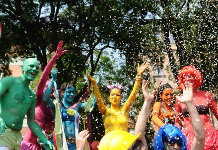 Alcuni travestiti durante una manifestazione (Foto: Infophoto)