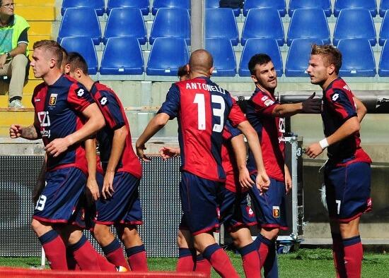 L'esultanza dei giocatori del Genoa: si avvicina un derby probabilmente decisivo (INFOPHOTO)