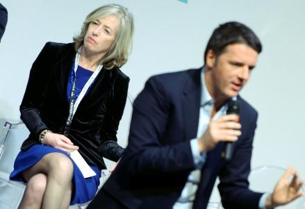 Matteo Renzi con il ministro Giannini sullo sfondo (Infophoto)