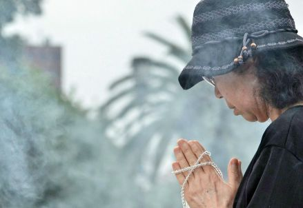 Davanti alle rovine di Hiroshima (Infophoto)