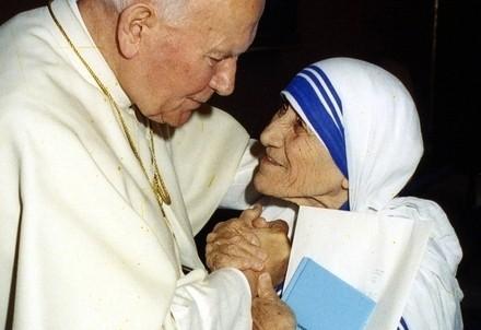 Giovanni Paolo II con madre Teresa di Calcutta (Infophoto)