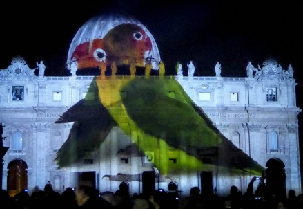 Fotografie proiettate sulla facciata di San Pietro (Infophoto)