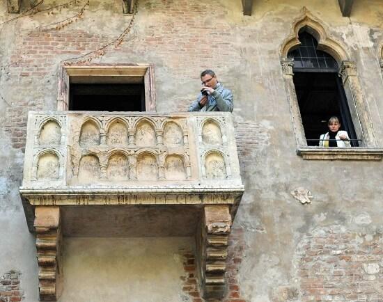 Il balcone di Giulietta, simbolo della città che oggi vive il derby (Infophoto)