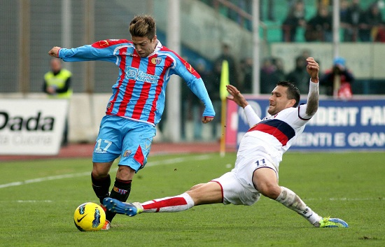 Gomez contrastato da Jankovic nel match dello scorso campionato (INFOPHOTO)