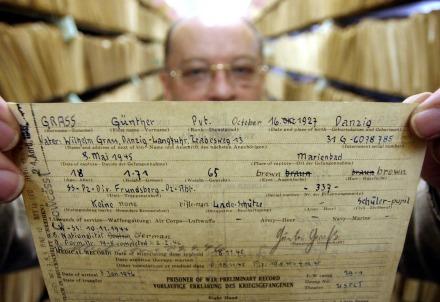 Il documento storico che attesta l'appartenenza di G. Grass alle SS (Infophoto)