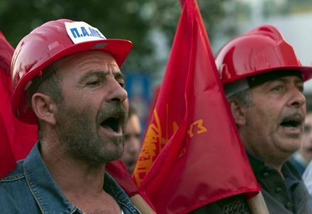 Operai greci in protesta (Infophoto)