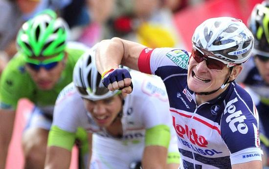 Andre Greipel esulta: per lui oggi è il tris al Tour (Infophoto)
