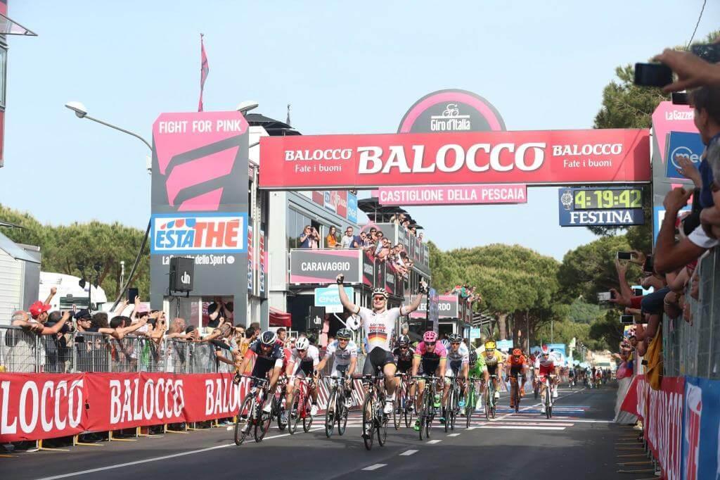 André Greipel vince la volata (da Facebook Giro d'Italia)