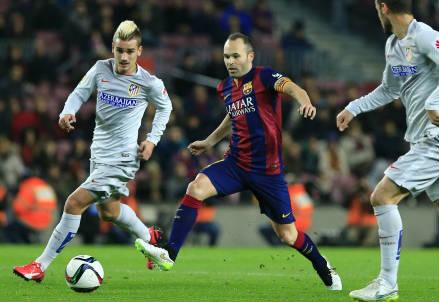 Il francese Antoine Griezmann (sinistra), 24 anni, dell'Atletico Madrid e lo spagnolo Andres Iniesta, 31, del Barcellona (INFOPHOTO)