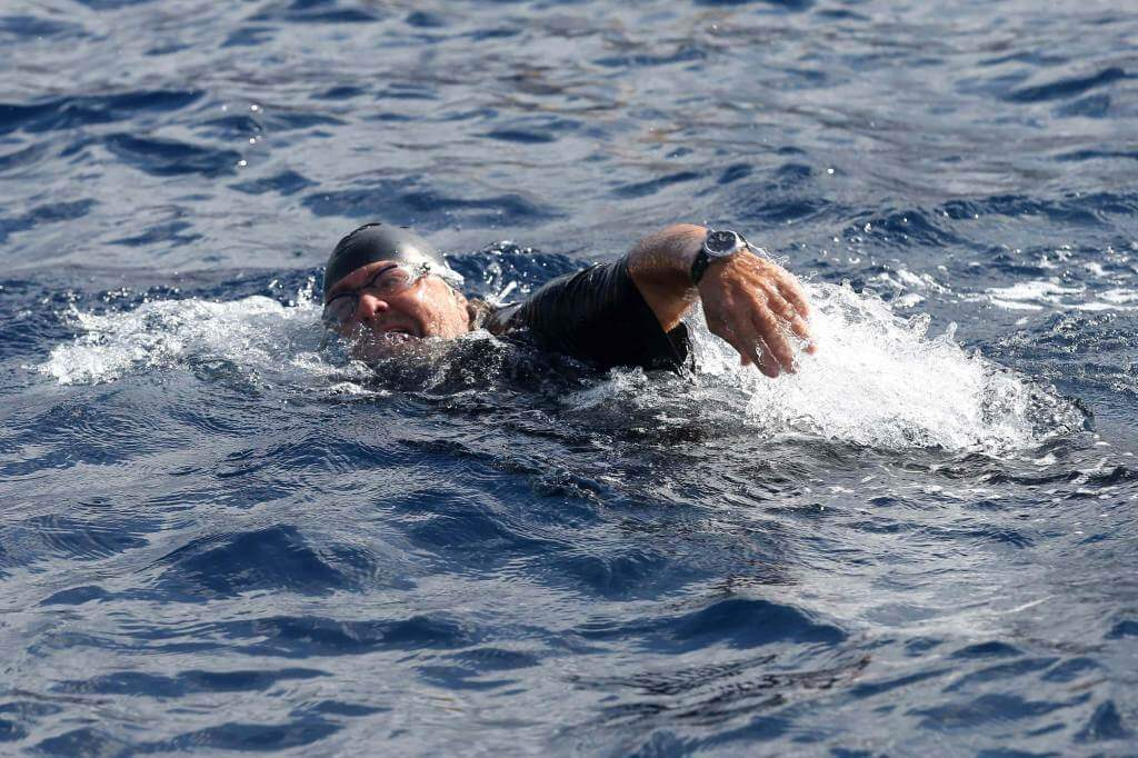 Beppe Grillo nuota alla conquista della Sicilia (Foto: Infophoto)