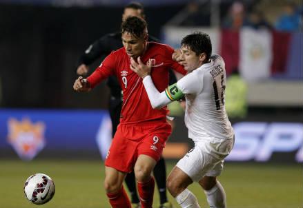 Il peruviano Paolo Guerrero (sinistra), 31 anni e il boliviano Ronald Raldes, 34 (Infophoto)