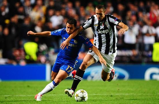 Eden Hazard e Giorgio Chiellini a confronto durante Chelsea-Juventus (INFOPHOTO)