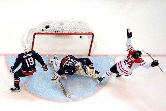 una gara di Hockey su ghiaccio (infophoto)