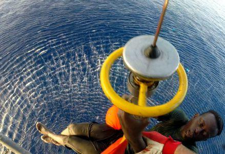 Recupero di un naufrago con il verricello (Infophoto)