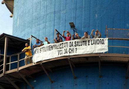Operai dell'Ilva in protesta sull'altoforno (InfoPhoto)