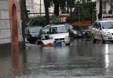 Il centro di Napoli invaso dall'acqua (Infophoto)