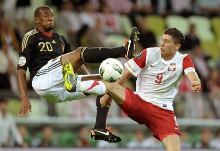 Jerome Boateng (sinistra), 26 anni, difensore tedesco e Robert Lewandowski, 27, attaccante polacco (INFOPHOTO)