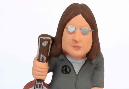 Una statuina di John Lennon (Infophoto)