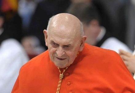 Il cardinale Julien Ries (Infophoto)