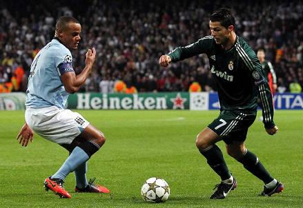 Il belga Vincent Kompany (sinistra), 29 anni e il portoghese Cristiano Ronaldo, 30 (INFOPHOTO)