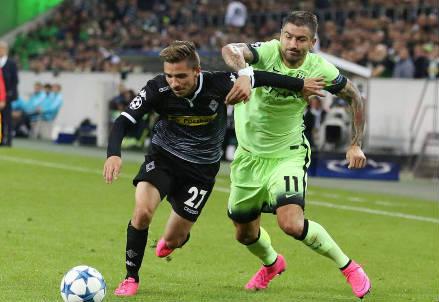 Il tedesco del Gladbach Julian Korb (sinistra), 22 anni e il serbo del Manchester City Aleksandar Kolarov, 30 (iNFOPHOTO)