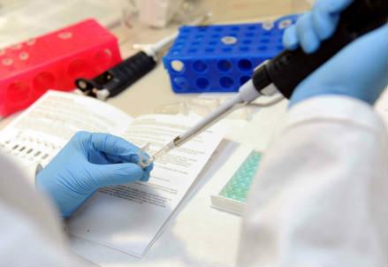 Un esperimento di laboratorio (Foto: Infophoto)