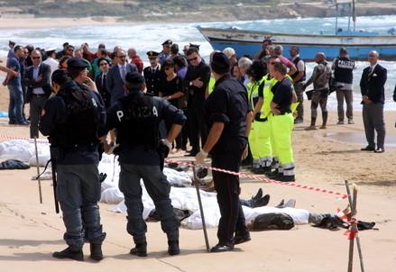 Sulla spiaggia di Lampedusa (Infophoto)