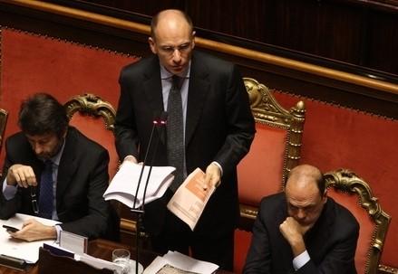 Enrico Letta e Angelino Alfano il giorno della fiducia (Infophoto)