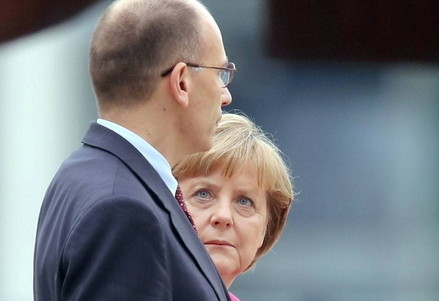 Enrico Letta e Angela Merkel (Infophoto)