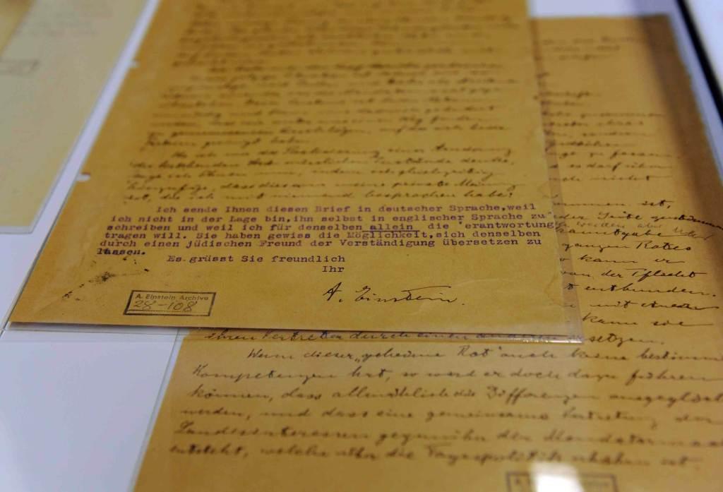 Una lettera scritta da Albert Einstein (Foto: Infophoto)