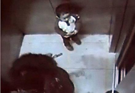 Il bambino in una immagine della telecamera interna