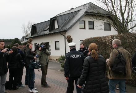 La polizia a casa di Lubitz (InfoPhoto)