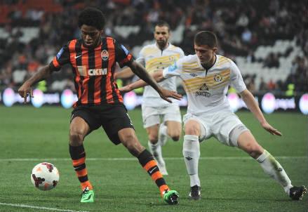 Luiz Adriano (sinistra), 27 anni, attaccante brasiliano (dall'account Twitter ufficiale @FCShakhtar)