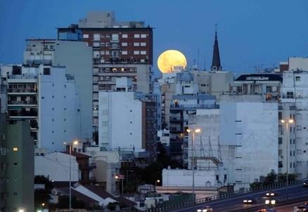 Luna su Buenos Aires (Infophoto)