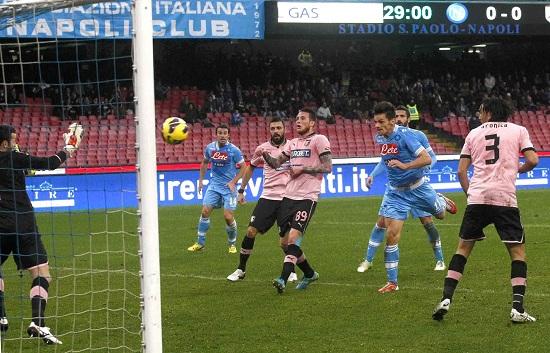 Il gol di testa di Christian Maggio, 30 anni, che ha aperto le marcature in Napoli-Palermo (INFOPHOTO)