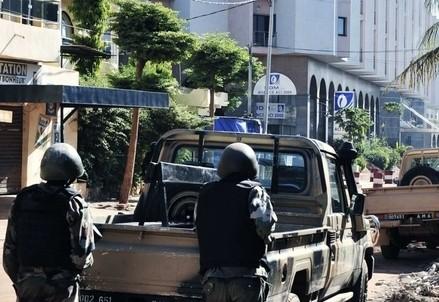 Mali, militari fuori dall'hotel Radisson (Immagine dal web)