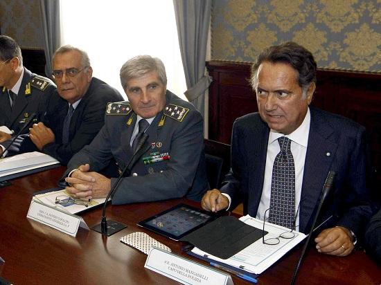 Antonio Manganelli (primo da destra), 62 anni, capo della Polizia di Stato (INFOPHOTO)