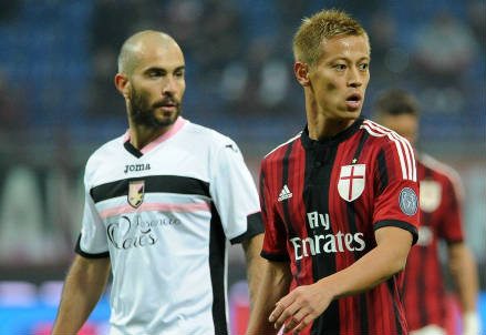 Enzo Maresca (sinistra), 35 anni, del Palermo e il giapponese Keisuke Honda, 28, del Milan nella partita d'andata (INFOPHOTO)