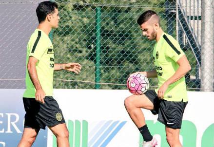 Rafael Marquez (sinistra), 36 anni e Claudio Winck, 21 (dall'account Twitter ufficiale @HellasVeronaFC)