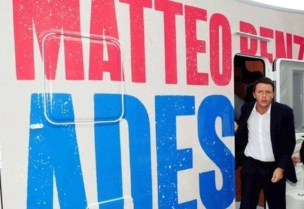 Matteo Renzi esce dal suo camper (Infophoto)