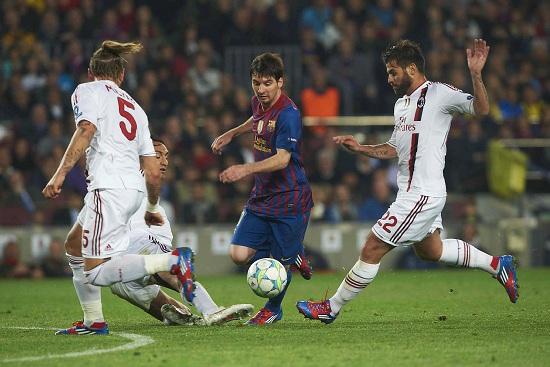Messi in mezzo a difensori del Milan, 2011/12 (Infophoto)