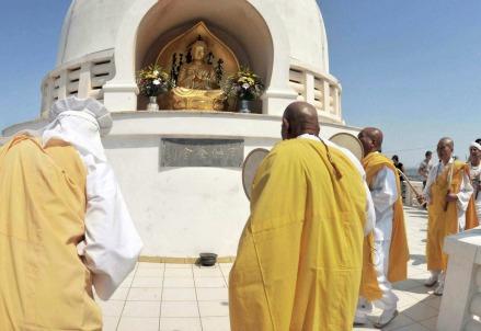Monaci buddisti in preghiera (Infophoto)