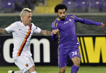 Da sinistra Radja Nainggolan della Roma, 26 anni e Mohamed Salah della Fiorentina, 22 (INFOPHOTO)